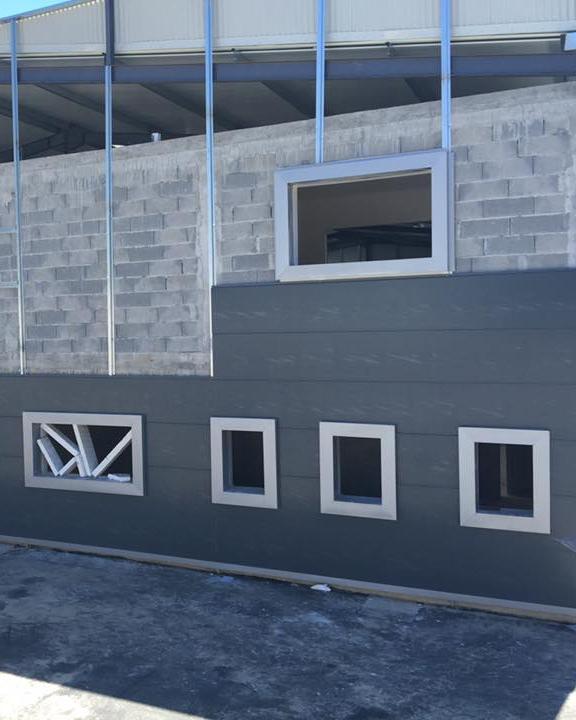 Exemplo de uma estrutura DGM em construção com placas metálicas