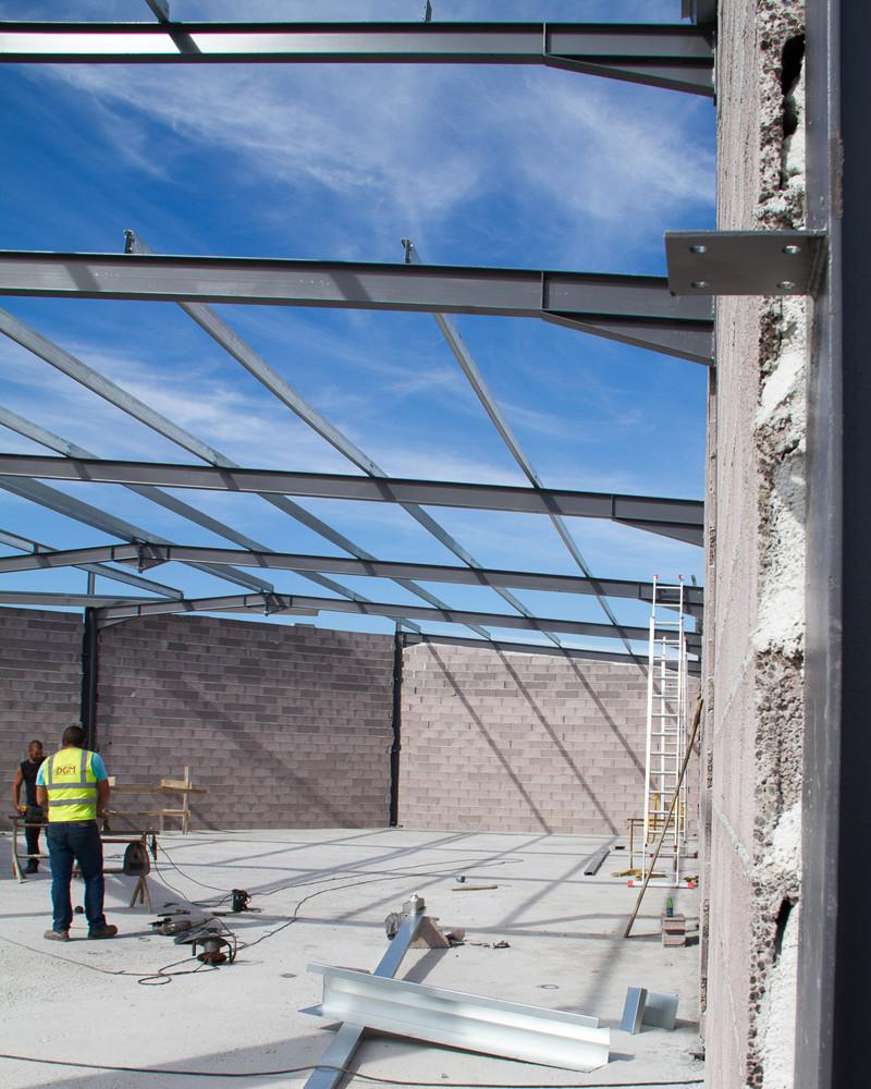 Exemplo de uma estrutura DGM em construção com dois trabalhadores.